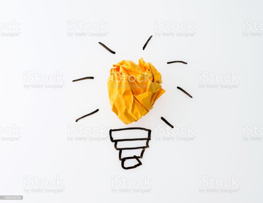 Glühlampe gelb zerknittertes Papier auf weißem Hintergrund - Lizenzfrei Beleuchtet Stock-Foto
