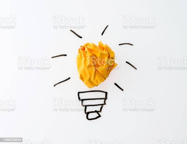 Glühlampe Gelb Zerknittertes Papier Auf Weißem Hintergrund Stockfoto und mehr Bilder von Beleuchtet