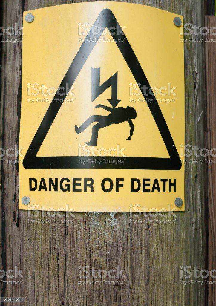 gele gevaar des doods aanmelden houten paal foto