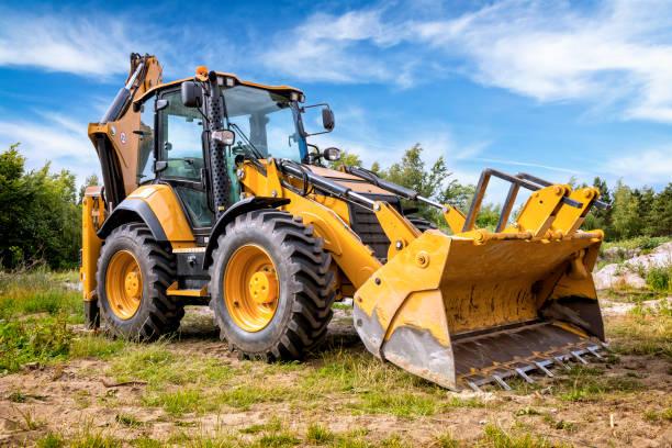 gul jord mover på bygg arbets platsen - excavator bildbanksfoton och bilder