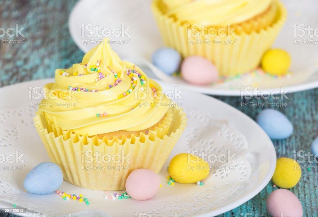 Yellow Easter cupcake with candy foto stock royalty-free