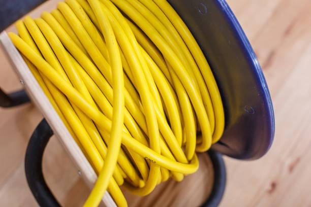 rallonge de fil électrique jaune en bobine - rallonge électrique photos et images de collection