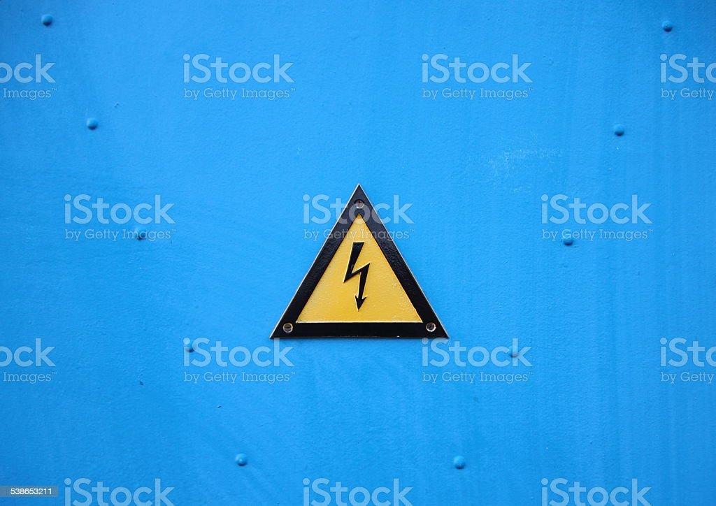 Amarelo Electrical triângulo Placa sobre Fundo azul - foto de acervo