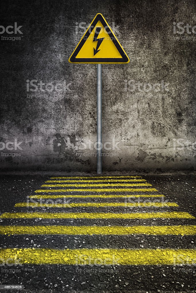 Amarelo sinal de alerta de electricidade na parede grunge - foto de acervo