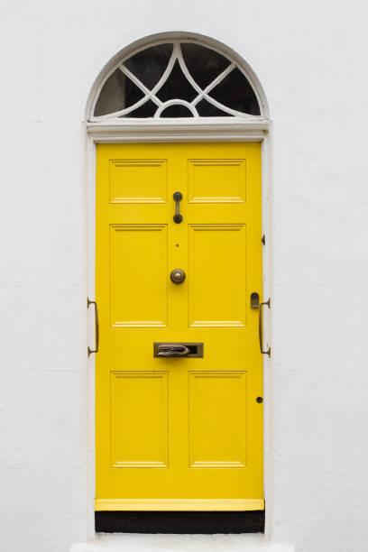 gelbe elegante wohn-wohnungstür - türdeko stock-fotos und bilder
