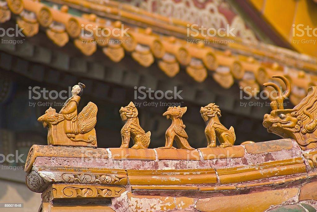 Giallo statuette sul tetto, vicino a Pechino, Cina foto stock royalty-free