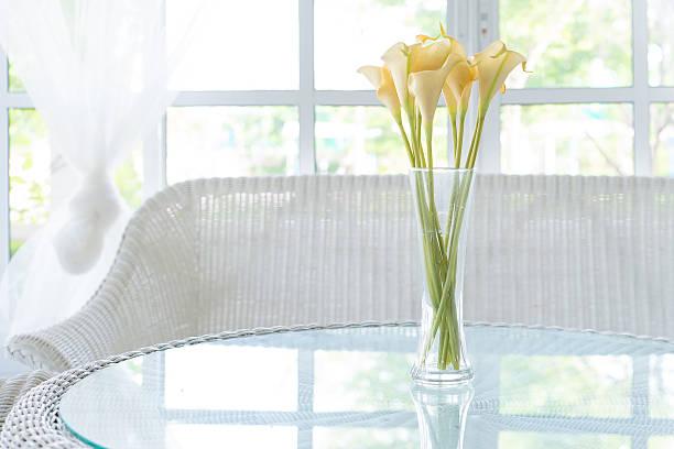 Gelbe Blumen in vase auf Tisch und Fensterbank Hintergrund. – Foto