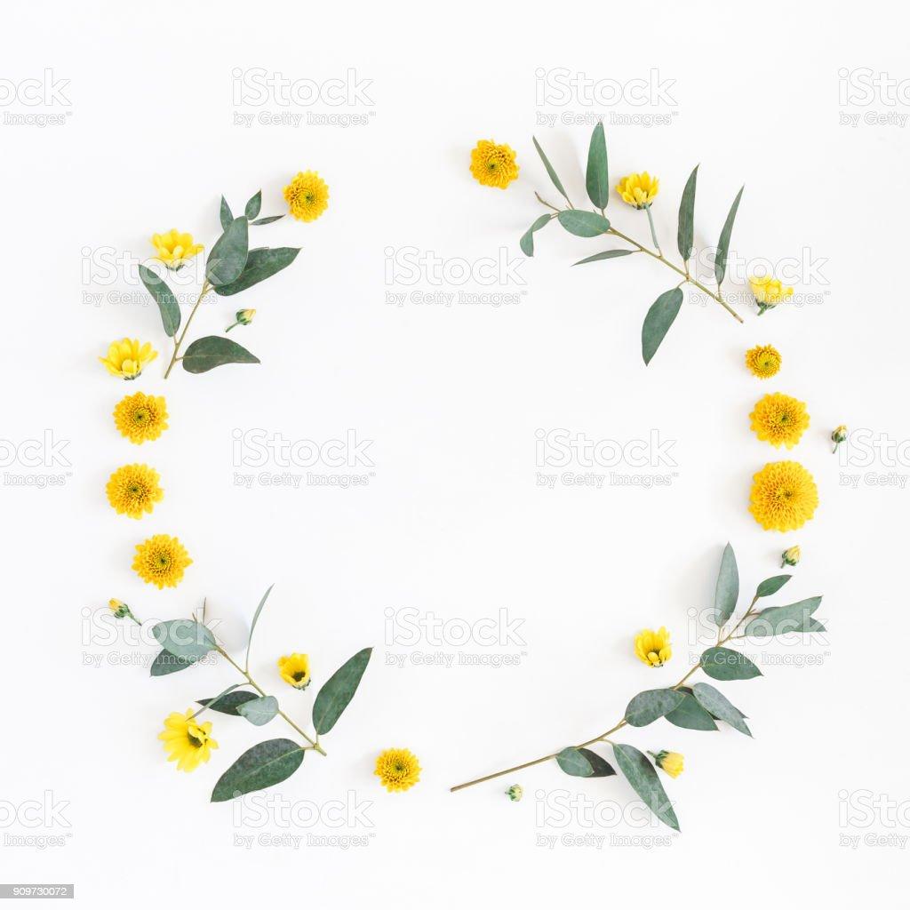 Gelbe Blüten, Eukalyptus Zweige. Flach legen, Top Aussicht – Foto