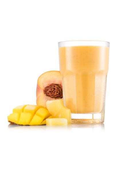 gelbes obst smoothie aus glas mit frucht - pfirsich milchshake stock-fotos und bilder
