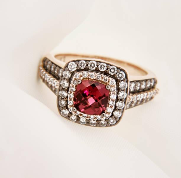 gelbgold granat ring mit diamanten - birnen verlobungsringe stock-fotos und bilder