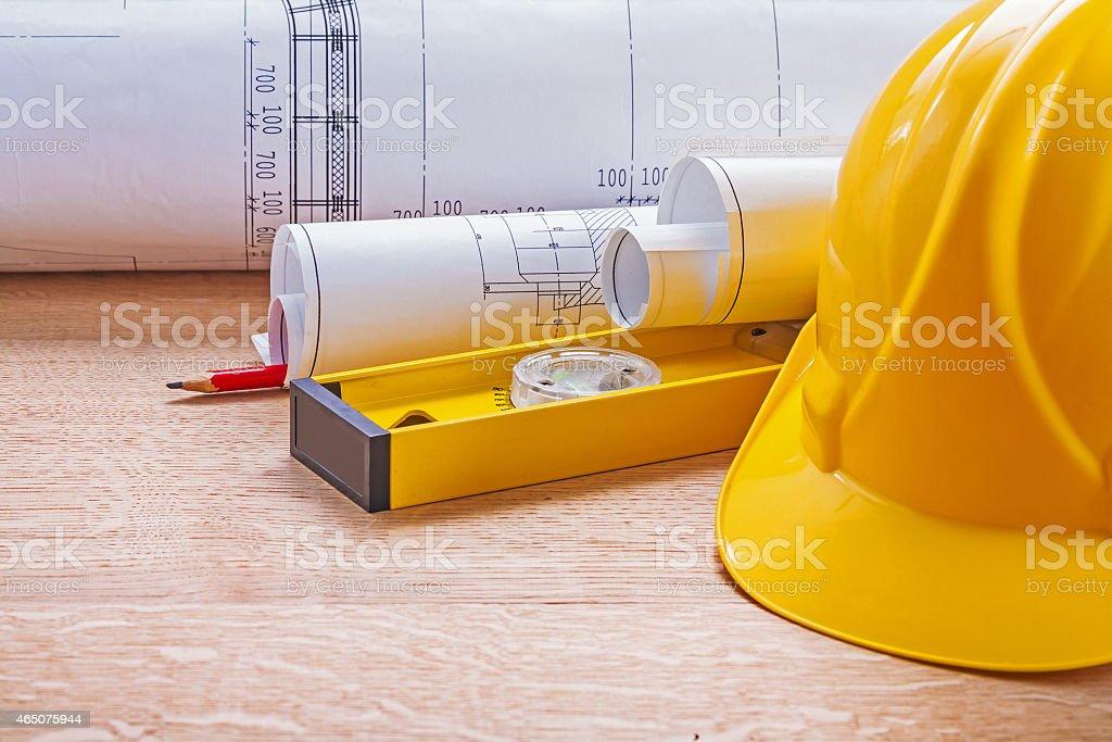 80517743c Casco Amarillo Nivel Blueprints Lápiz En Tablero De Madera Constructi Foto  de stock y más banco de imágenes de 2015