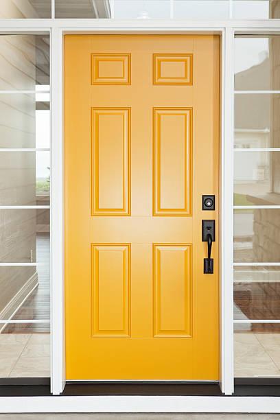 casa amarela porta de entrada com janelas - maçaneta manivela - fotografias e filmes do acervo