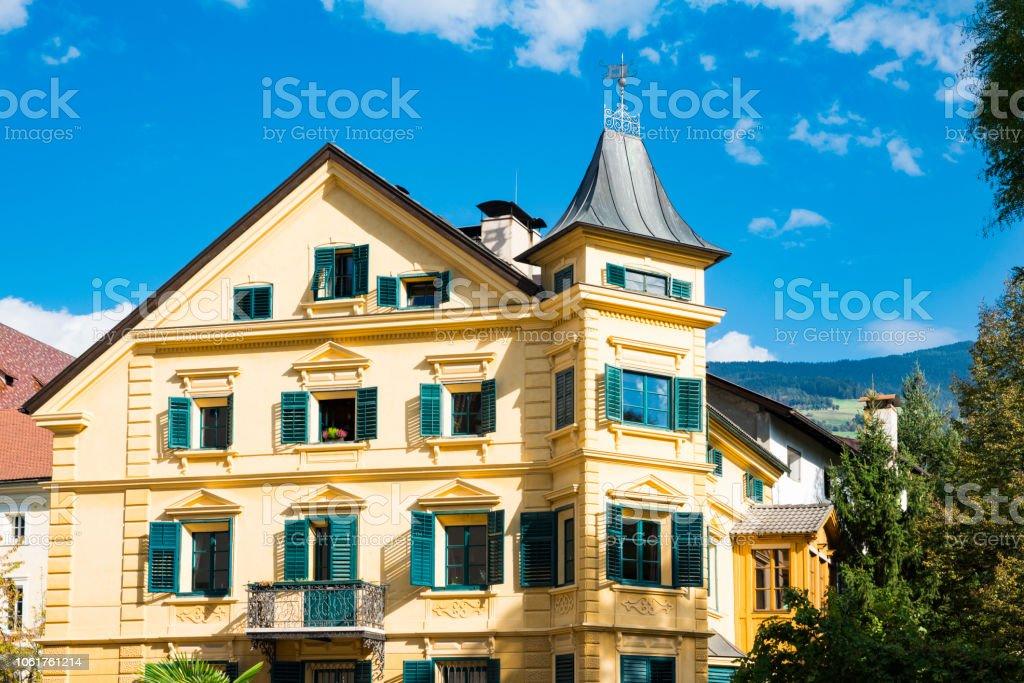 Gelbes Haus Mit Grunen Fensterladen In Bressanono Italien Stockfoto