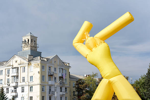 yellow inflatable man on blue sky background – Foto