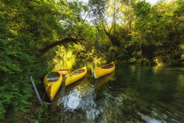Gelbe Kajaks auf dem Fluss Cetina, Kroatien – Foto