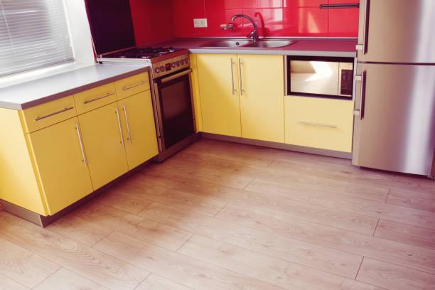 laminat-gelbe küche mit weichem sand grau - laminatschränke stock-fotos und bilder