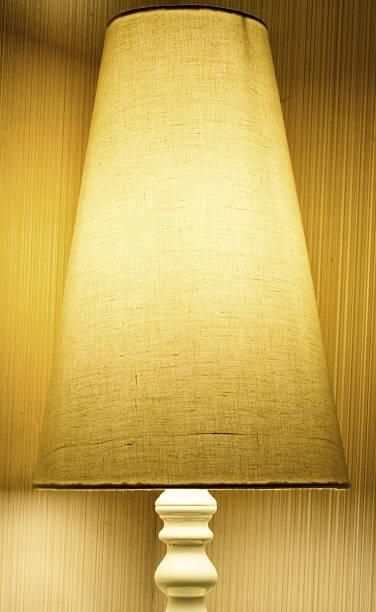 Luminária amarela - foto de acervo