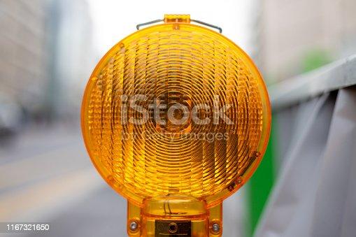 Gele lantaarn bij afzetting van de weg