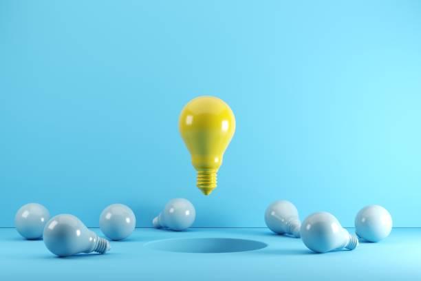 Eine gelbe Glühbirne, die auf Loch schwebt Umgeben von blauen Glühbirnen. Idee kreatives Konzept. 3D-Rendern. – Foto