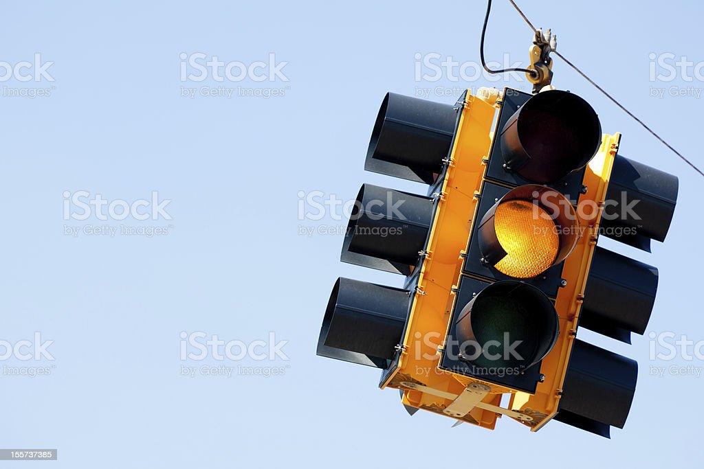 Señal de tráfico de luz amarilla con espacio de copia - foto de stock