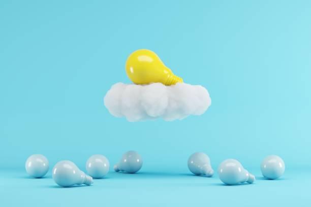 Gelbe Glühbirne schwebt mit Wolke über blauen Glühbirnen auf blauem Hintergrund. minimalen kreativen Ideenkonzept. 3D-Rendern. – Foto