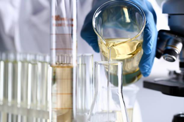 offre innovante additif essence renversée liquide jaune - éther photos et images de collection