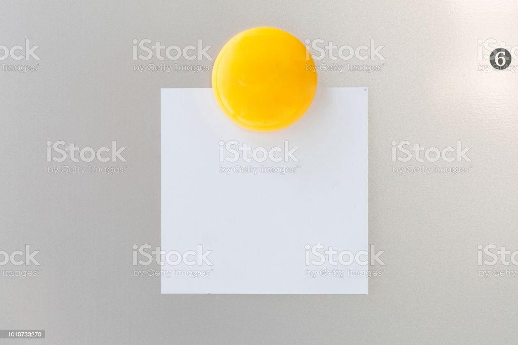 Retro Kühlschrank Gelb : Gelbe magnet büroklammer auf papierschuldbrief auf grauem