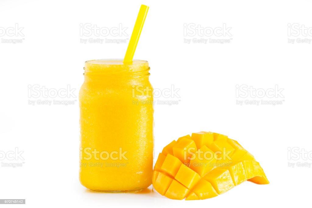 Gelbes Mango-Saft In ein Glas und Mango isoliert Background – Foto