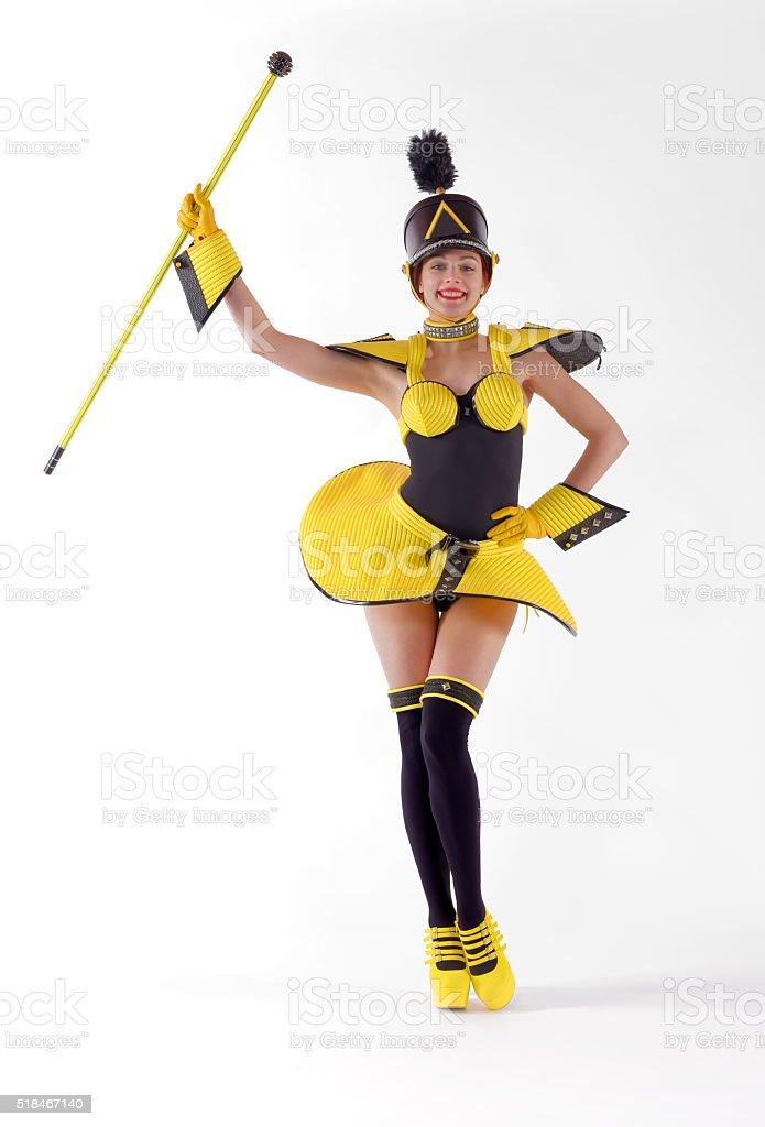 Chica marcha cinco amarillo - foto de stock