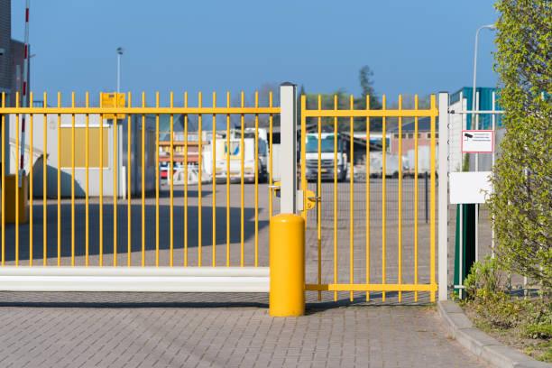 gul metal gate - grind bildbanksfoton och bilder