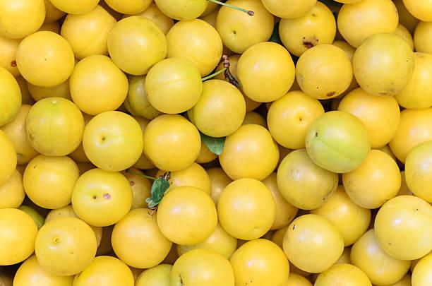 gelbe mirabelle pflaumen, hintergrund, textur - mirabellen stock-fotos und bilder