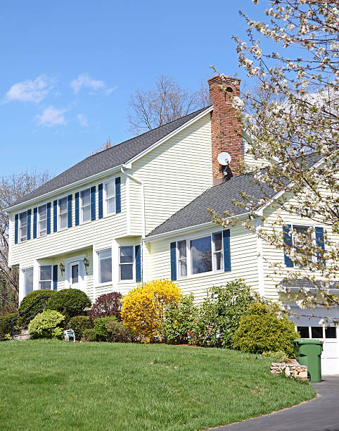 Gelbe New England Stil colonial house – Foto