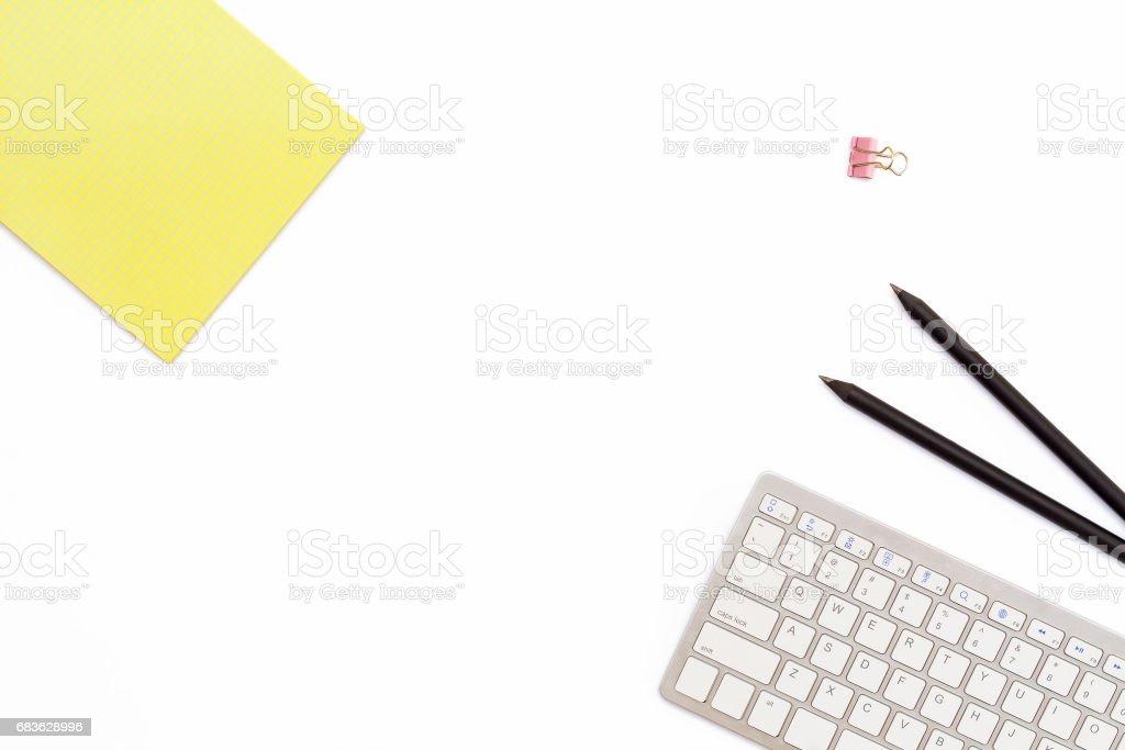 Bloc De Notas Amarillo Teclado De La Computadora Dos Lápiz