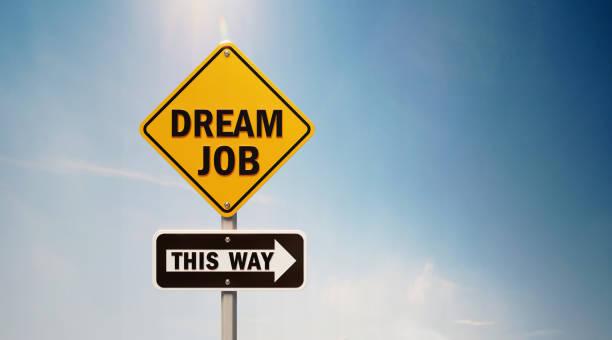 Gelbes Off-Road-Verkehrssünder mit Traum-Jobtext am blauen Himmel – Foto