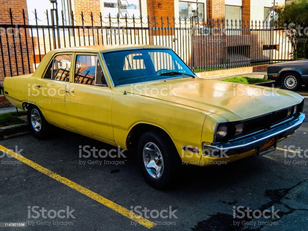 dodge dart yellow Gelber Alter Dodge Dart Vor Einem Wohnhaus Geparkt Stockfoto und mehr  Bilder von Alt