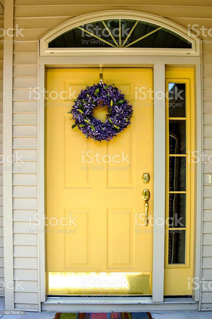 Amarillo pintado puerta residencial estándar de 6 paneles - foto de stock