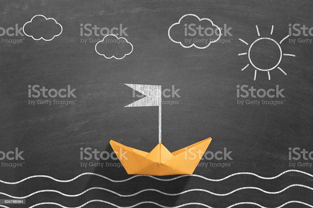 Papel amarelo de barco flutuando na água - foto de acervo