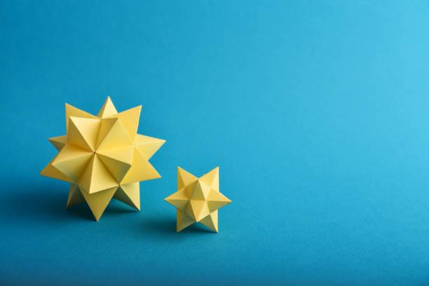 polyèdres de papier jaune - origami photos et images de collection