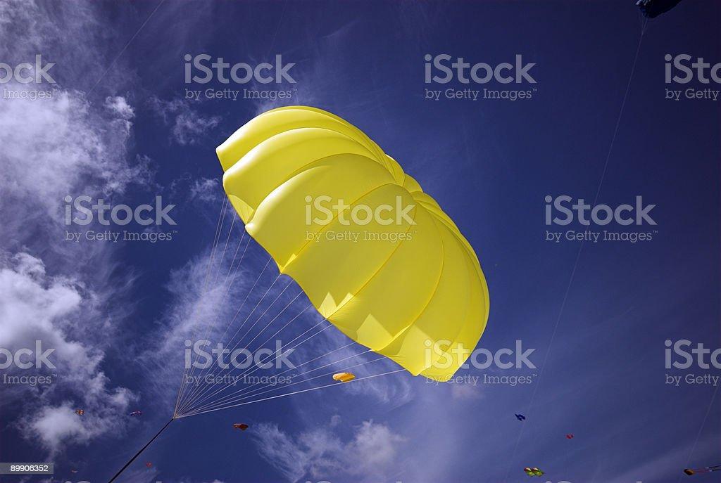 Желтый Парашют небесно-голубой Стоковые фото Стоковая фотография