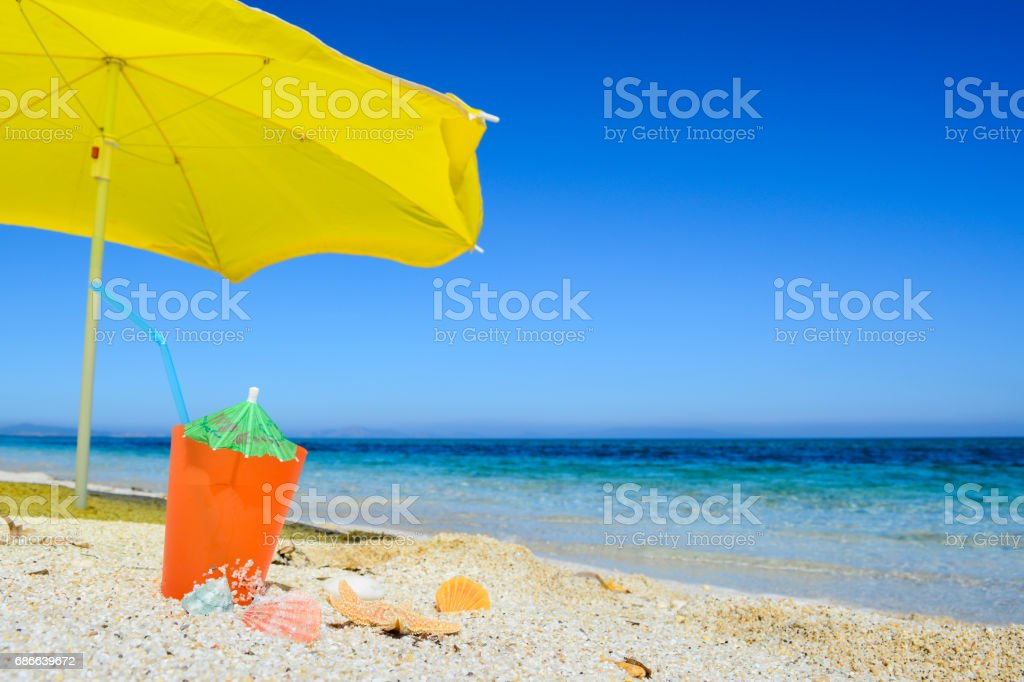 Yellow parasol and orange drink foto de stock libre de derechos