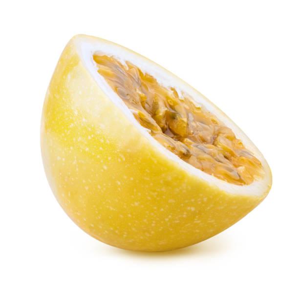 fruit de la passion jaune isolé sur le fond blanc - fruit de la passion photos et images de collection