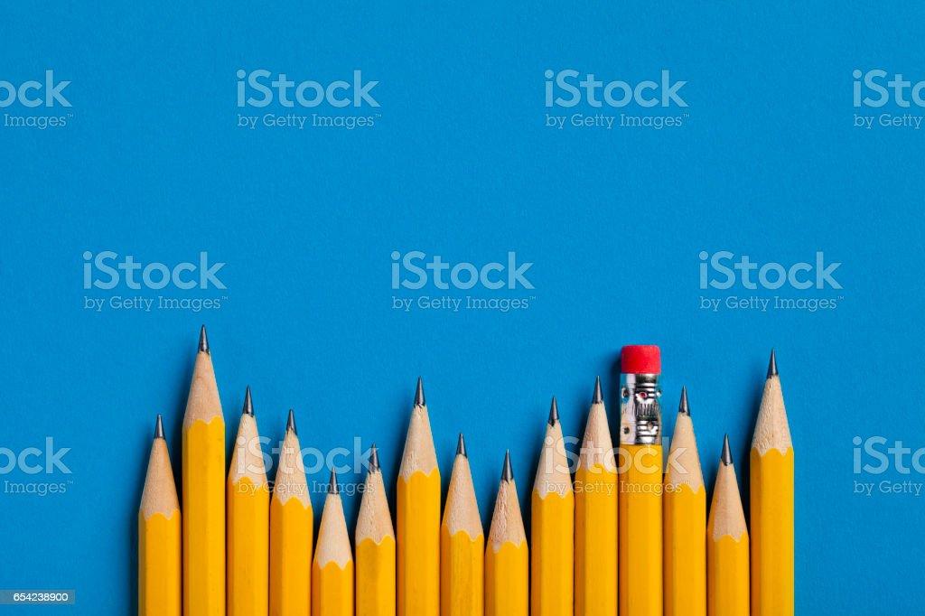 Jaunes crayons sur papier bleu - Photo