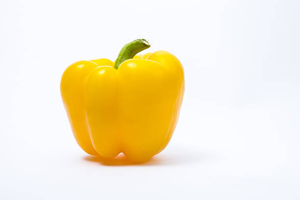 gelbe paprika isoliert auf weißem hintergrund, nahaufnahme - grüne paprikaschoten stock-fotos und bilder