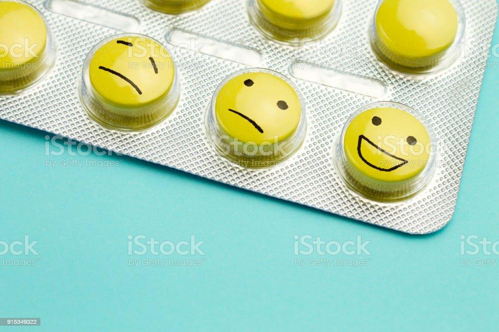 Gelben Pillen Andfunny steht in einem Blister auf blauem Grund. – Foto