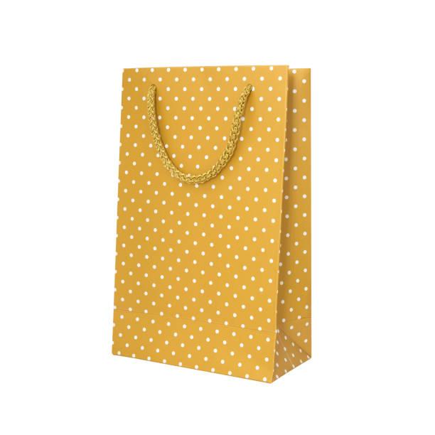 Beyaz arka plan üzerinde izole sarı puantiyeli kağıt torba. Kırpma yolu. stok fotoğrafı