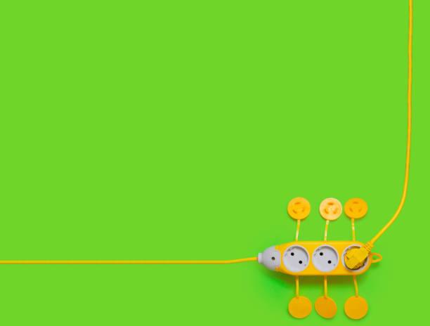 châsse portable jaune sur un fond vert technologie verte l'économie d'énergie - Photo