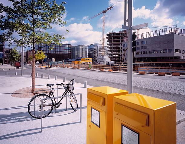 gelben post-boxen im entwicklungsbereich in hamburg. - reifen hamburg stock-fotos und bilder
