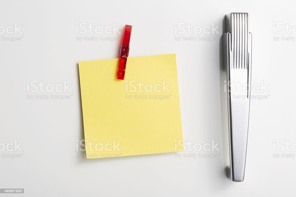 Retro Kühlschrank Gelb : Der gelben postitzettel in peg stil kühlschrank magnet stockfoto
