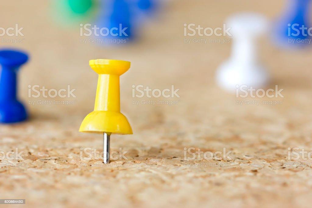 Marcador amarillo en un tablero de corcho - foto de stock
