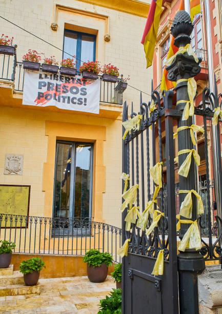 Cintas amarillas en apoyo a los encarcelados líderes del movimiento independentista de Cataluña. Ayuntamiento de Begur. Girona, España. - foto de stock